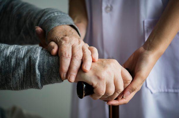 Assistenza all'Anziano: Chi è e Cosa Fa l'OSS?